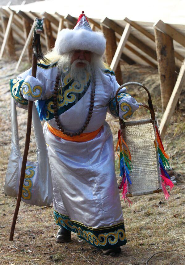 Saagan Ubugun z Buriacji przechadza się po dworze w czasie świętowania urodzin Świętego Mikołaja w Wielkim Ustiugu - Sputnik Polska