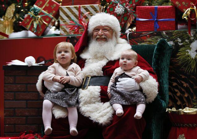 Święty Mikołaj z dziećmi w centrum handlowym w Stanach Zjednoczonych