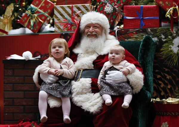 Santa Claus z dziećmi w centrum handlowym w Stanach Zjednoczonych - Sputnik Polska