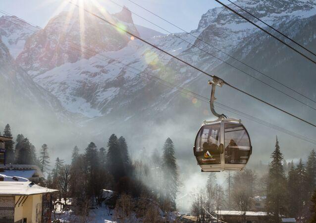 Kolejka linowa w kurorcie narciarskim w Dombaju