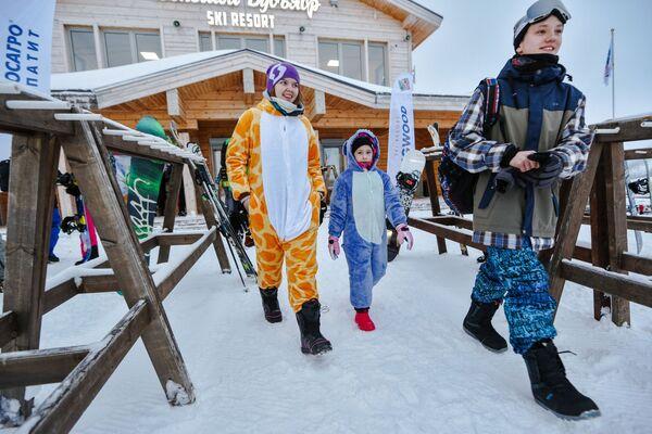 Wczasowicze na północnym zboczu kompleksu narciarskiego Wielki Bulwar w mieście Kirowsk - Sputnik Polska