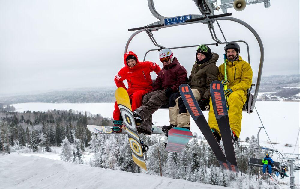 Urlopowicze na wyciągu krzesełkowym podczas otwarcia sezonu narciarskiego na terenie centrum aktywnego wypoczynku Jalgora w Karelii