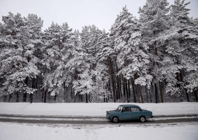 Samochód na drodze niedaleko miejscowości Nazarowo w Kraju Krasnojarskim