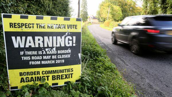 Plakat ostrzegający przed możliwym zamknięciem granicy między Irlandią Północną i Republiką Irlandii - Sputnik Polska