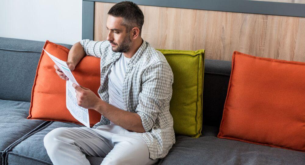 Mężczyzna czyta gazetę