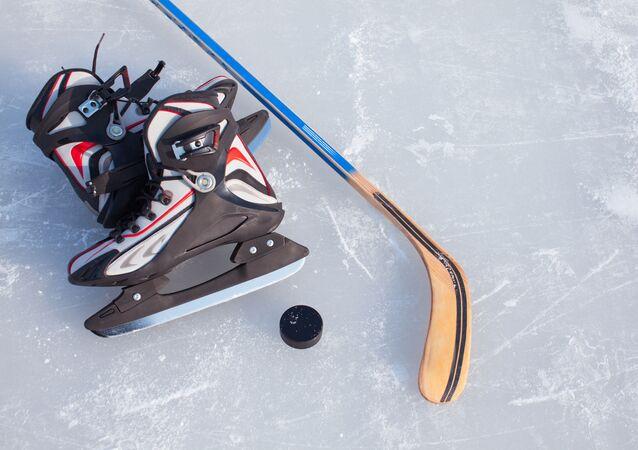 Kij hokejowy i łyżwy