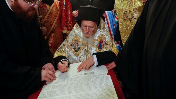 Patriarcha Konstantynopola Bartłomiej podpisał tomos (dekret) o autokefalii Prawosławnego Kościoła Ukrainy (PKU). - Sputnik Polska