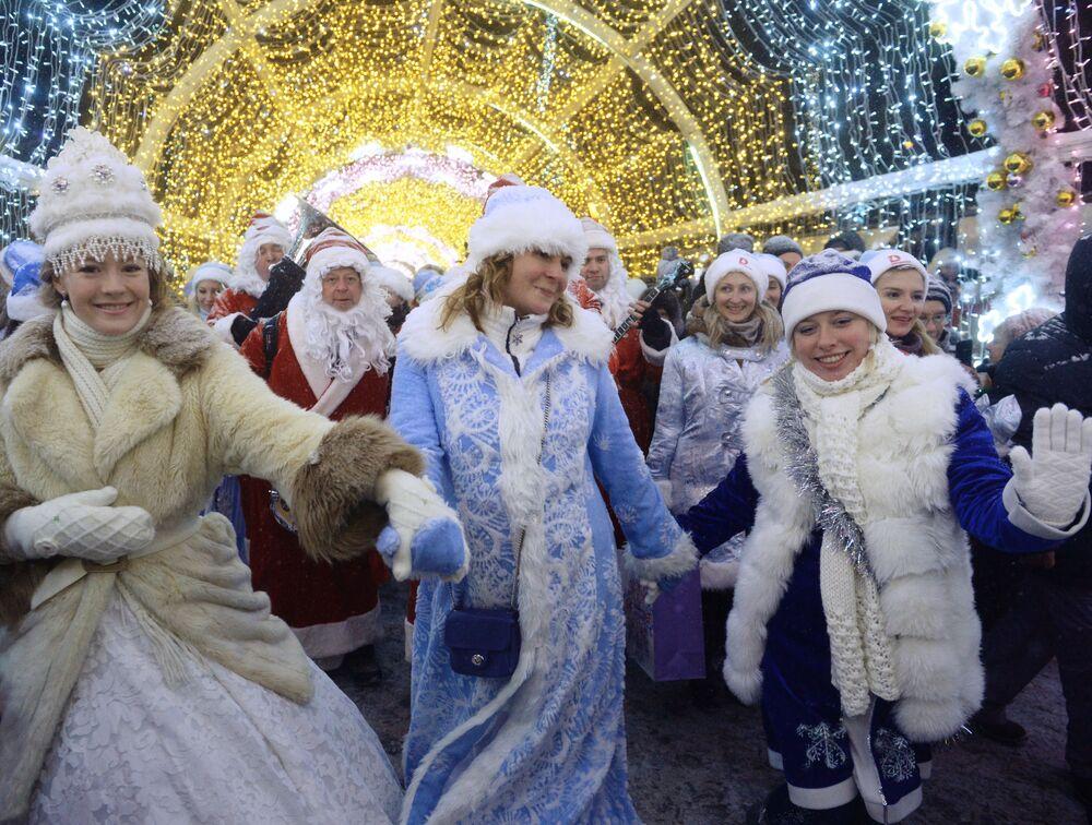 Uczestnicy pochodu podczas parady Śnieżynek w Moskwie