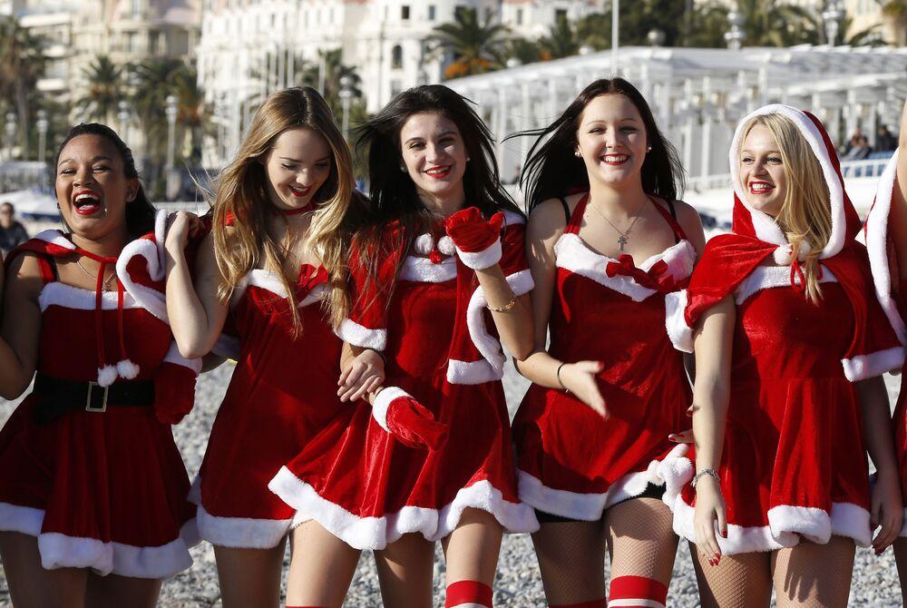 Dziewczyny w kostiumach noworocznych pozują na plaży w Nicei