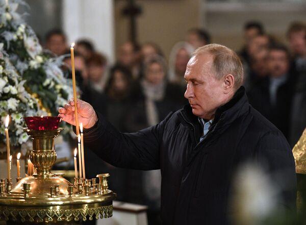 Prezydent Rosji Władimir Putin podczas Mszy Bożonarodzeniowej w Soborze Przemienienia Pańskiego w Petersburgu - Sputnik Polska