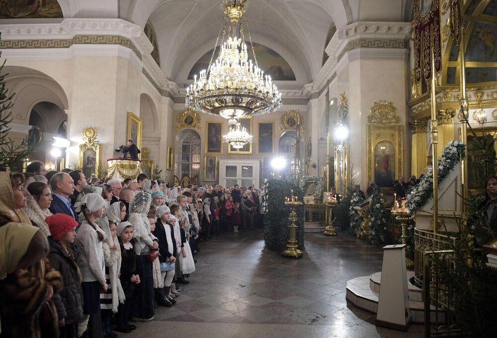 Prezydent Rosji Władimir Putin podczas Mszy Bożonarodzeniowej w Soborze Przemienienia Pańskiego w Petersburgu