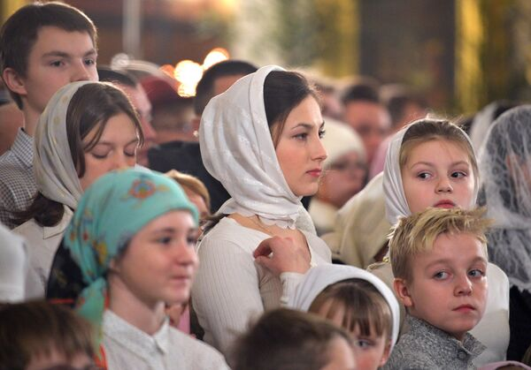 Parafianie podczas Nabożeństwa Bożonarodzeniowego w Soborze Przemienienia Pańskiego w Petersburgu - Sputnik Polska