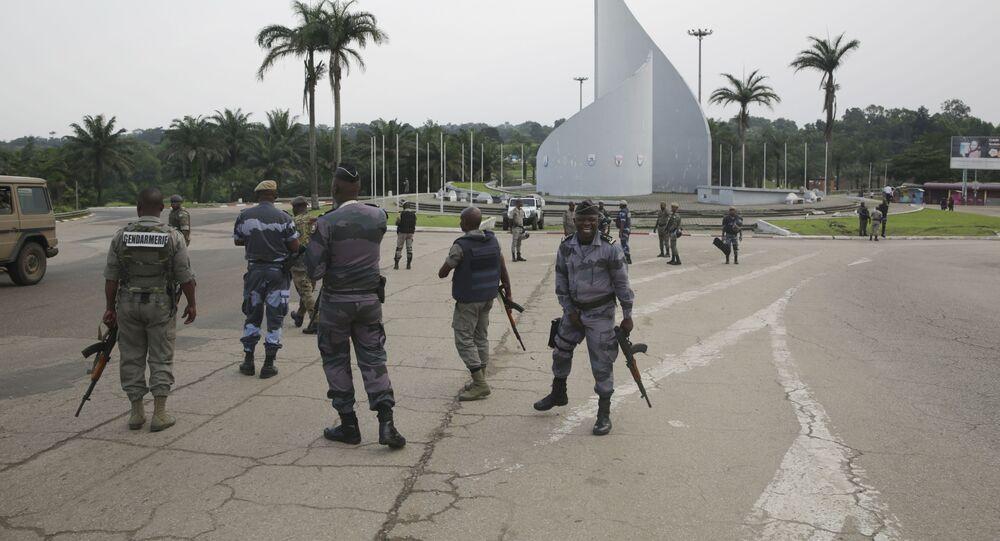 Policjanci patrolują plac Demokracji w Libreville po próbie zamachu stanu