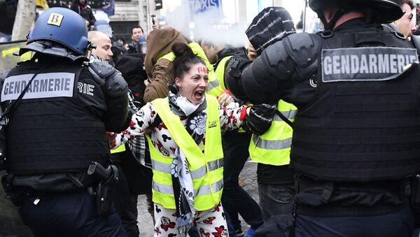 """Akcja protestacyjna """"żółtych kamizelek"""" w Paryżu - Sputnik Polska"""