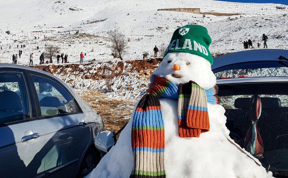Bałwan ulepiony podczas pierwszych opadów śniegu w Syrii