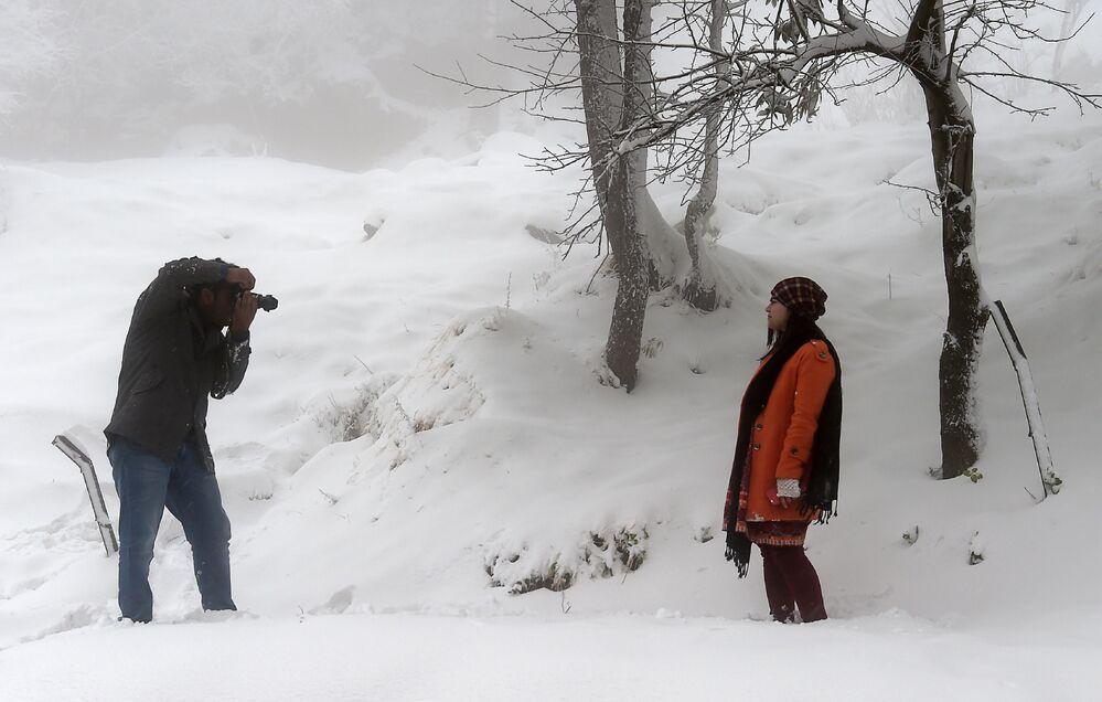 Para fotografuje się po opadach śniegu w Pakistanie