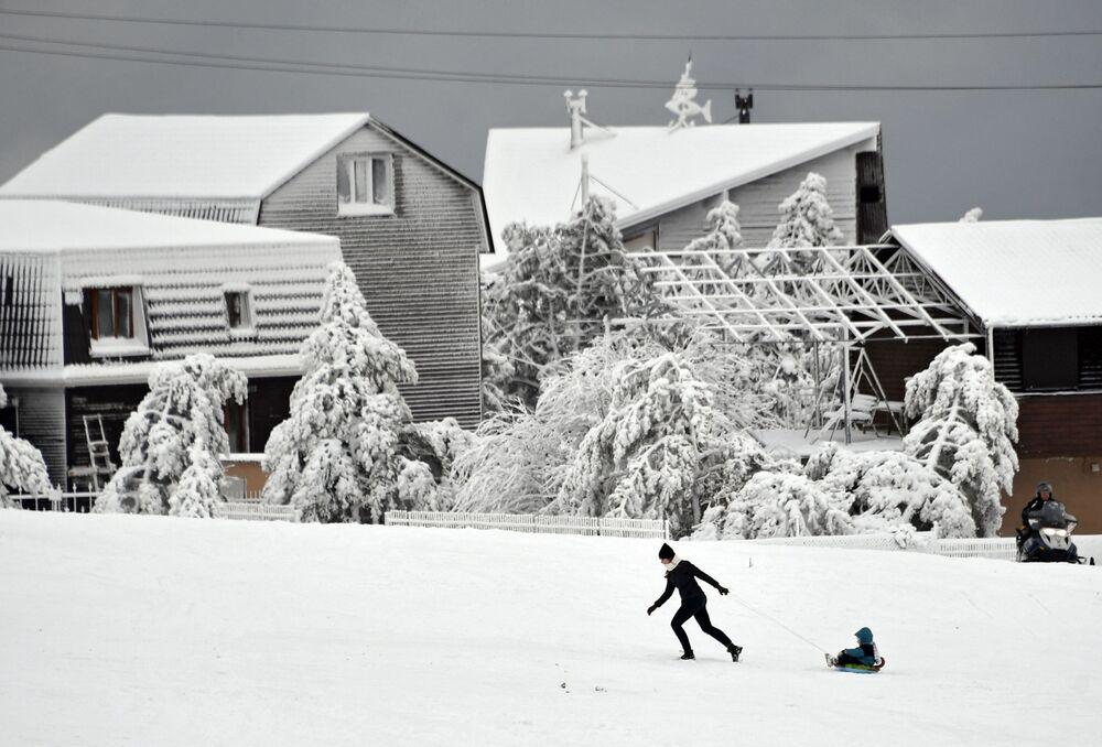 Zabawy na śniegu w Aj-Petri – jednym z wyższych szczytów Gór Krymskich