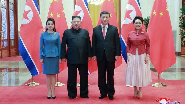 Kim Dzong Un i Xi Jinping z żonami podczas spotkania w Pekinie - Sputnik Polska