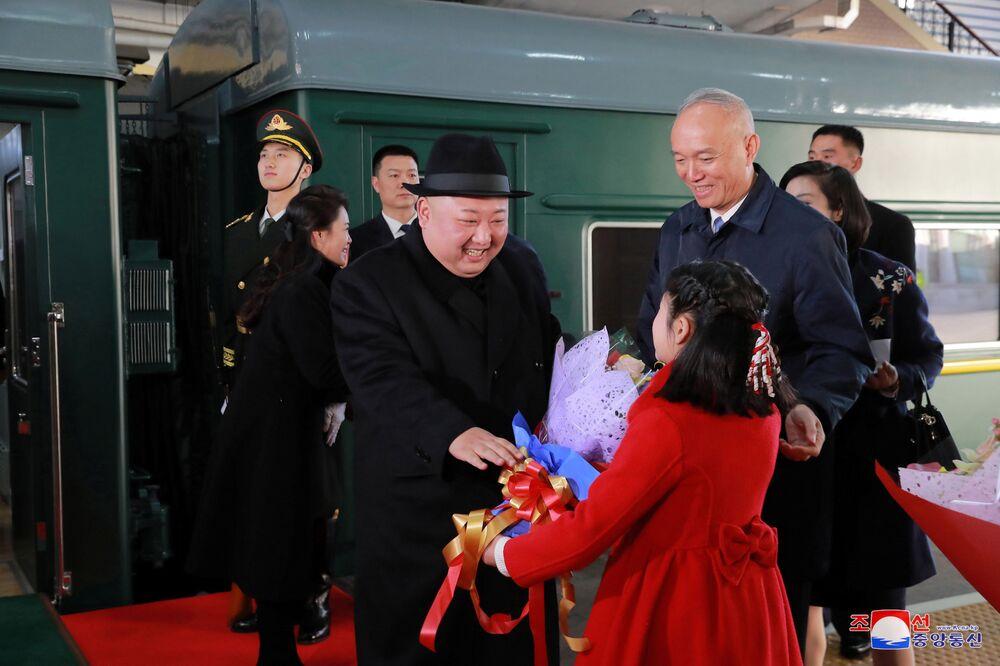 Kim Dzong Un otrzymał kwiaty na stacji kolejowej w Pekinie