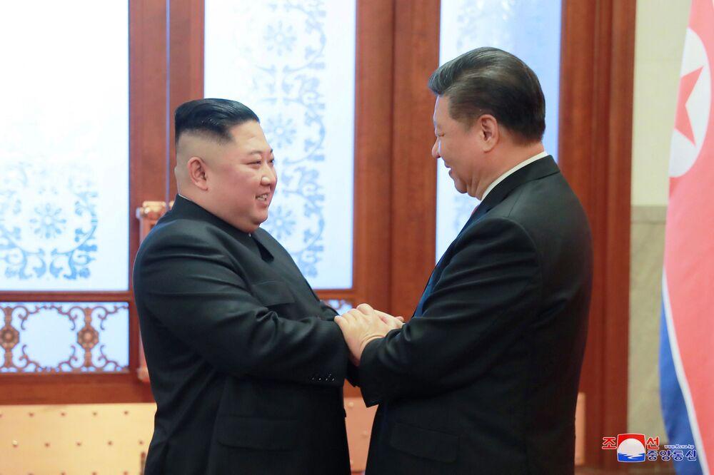 Przywódca Korei Północnej Kim Dzong Un i Xi Jinping na spotkaniu w Pekinie