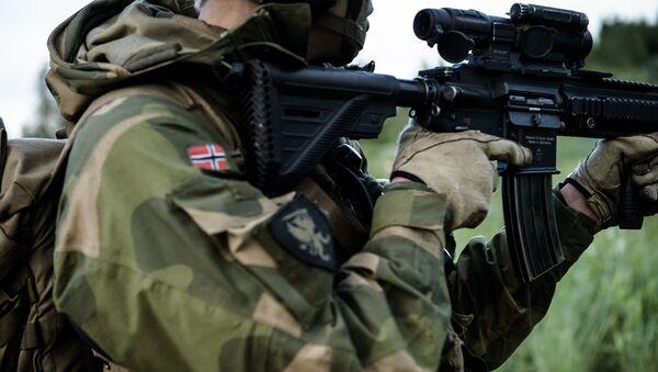 Norweski żołnierz na ćwiczeniach wojskowych. Zdjęcie archiwalne - Sputnik Polska