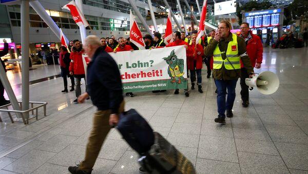 Strajk pracowników służb bezpieczeństwa na lotnisku w Dusseldorfie, Niemcy - Sputnik Polska