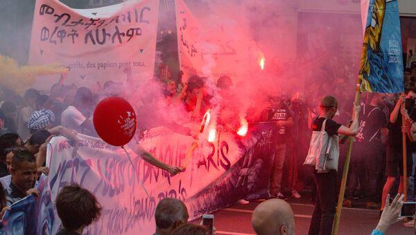 Uczestnicy akcji protestu przeciwko reformom gospodarczym prezydenta Francji Emmanuela Macrona w Paryżu - Sputnik Polska