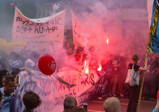 Uczestnicy akcji protestu przeciwko reformom gospodarczym prezydenta Francji Emmanuela Macrona w Paryżu