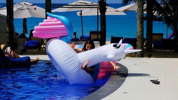 Dziewczyna z dmuchaną zabawką w basenie - Sputnik Polska