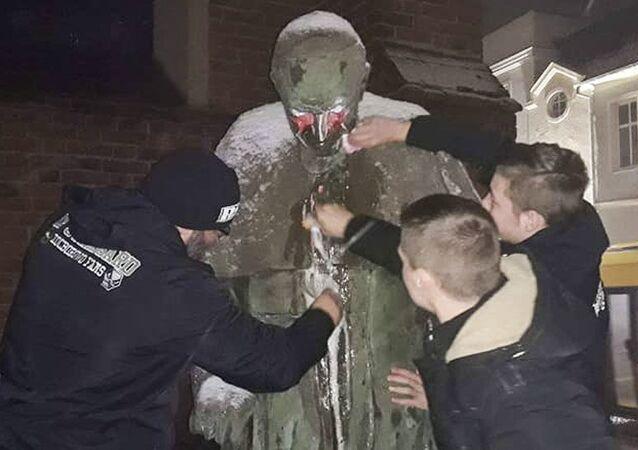 Zniszczony pomnik Jana Pawła II