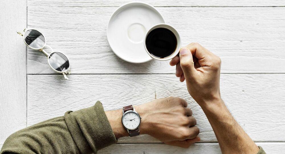 Mężczyzna z filiżanką kawy