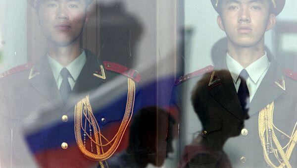 Chińscy żołnierze i rosyjska flaga - Sputnik Polska