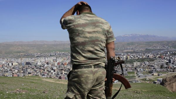 Turcy po ciężkich walkach między siłami rządowymi a kurdyjskimi bojownikami w kurdyjskim mieście Cizre na południowym wschodzie Turcji. Zdjęcie archiwalne - Sputnik Polska