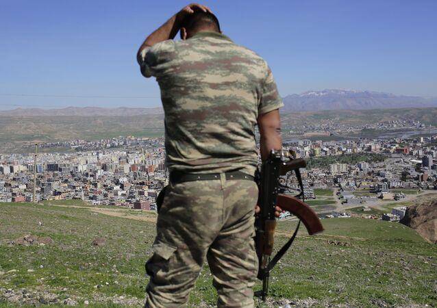 Turcy po ciężkich walkach między siłami rządowymi a kurdyjskimi bojownikami w kurdyjskim mieście Cizre na południowym wschodzie Turcji. Zdjęcie archiwalne