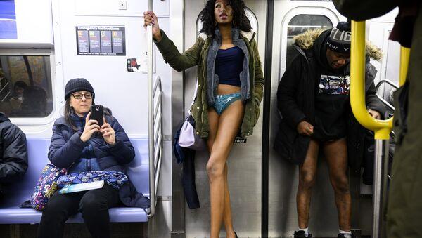 Uczestniczka flash mobu jazda metrem bez spodni, Nowy Jork - Sputnik Polska