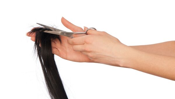 Fryzjer obcina nożyczkami włosy - Sputnik Polska
