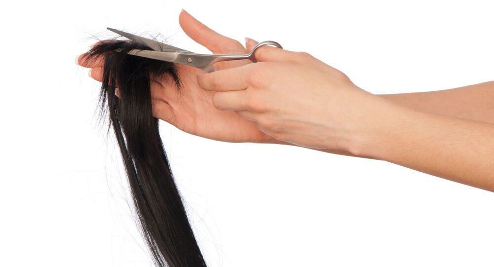 Fryzjer obcina nożyczkami włosy