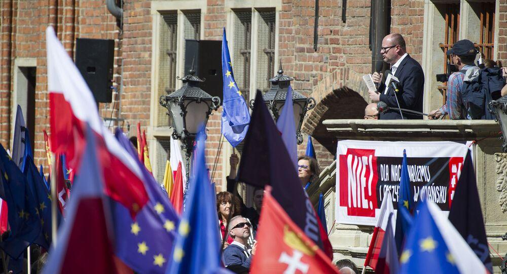 Prezydent Gdańska Paweł Adamowicz występuje na antyfaszystowskiej manifestacji w Gdańsku, 21 kwietnia 2018