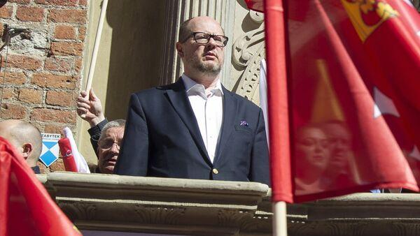 Prezydent Gdańska Paweł Adamowicz występuje na antyfaszystowskiej manifestacji w Gdańsku, 21 kwietnia 2018 - Sputnik Polska