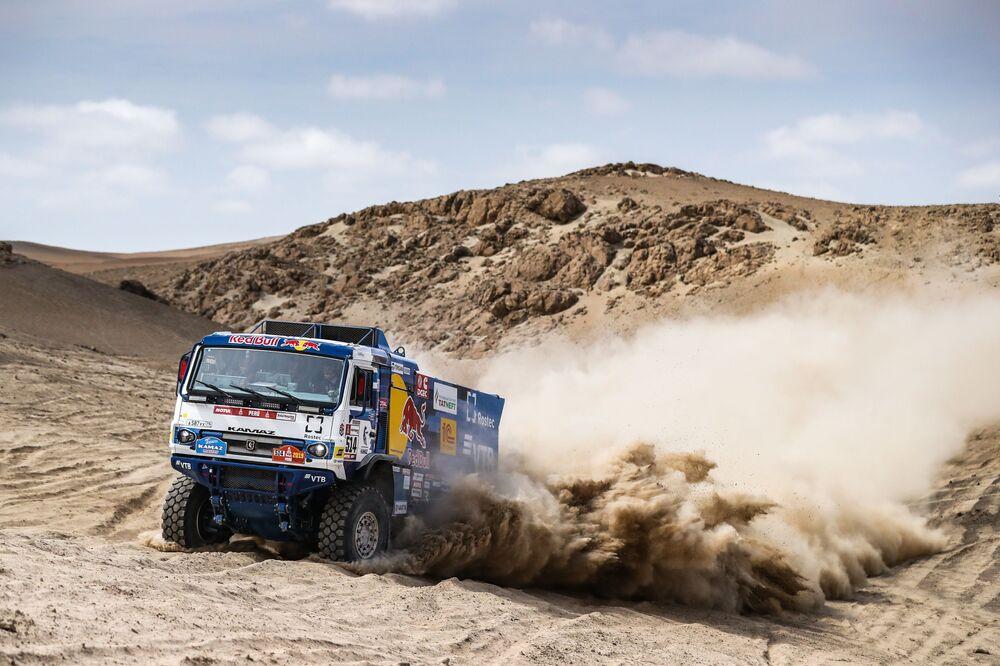 """Załoga zespołu """"KAMAZ-master"""" bierze udział w drugim etapie (Pisco-San Juan de Marcona) rajdu Dakar 2019 w klasie samochodów ciężarowych"""