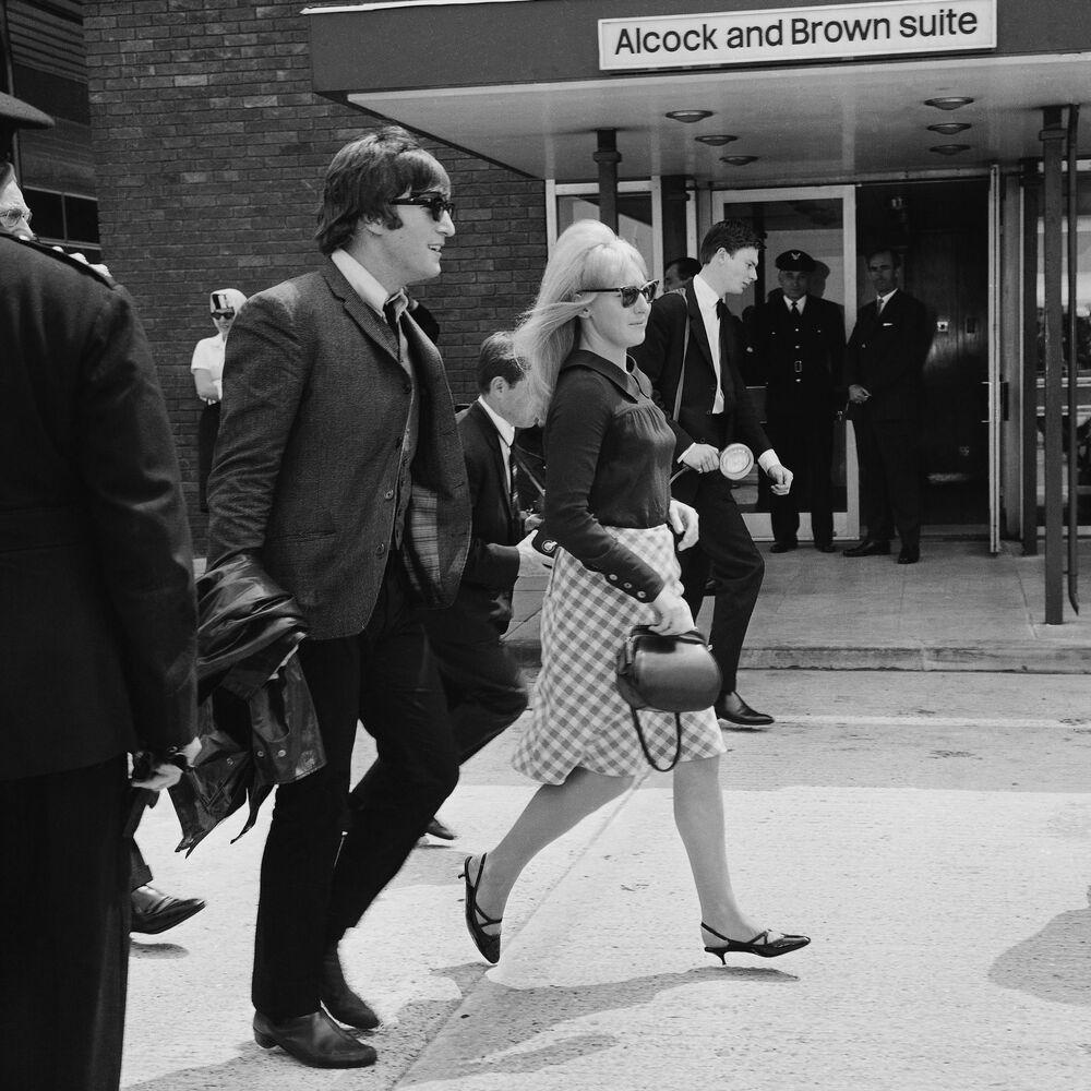 Członek zespołu The Beatles - John Lennon i jego żona Cynthia