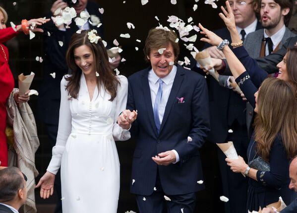 Muzyk Paul McCartney z żoną Nancy Shevell po ceremonii ślubnej w Londynie, 2011 rok - Sputnik Polska