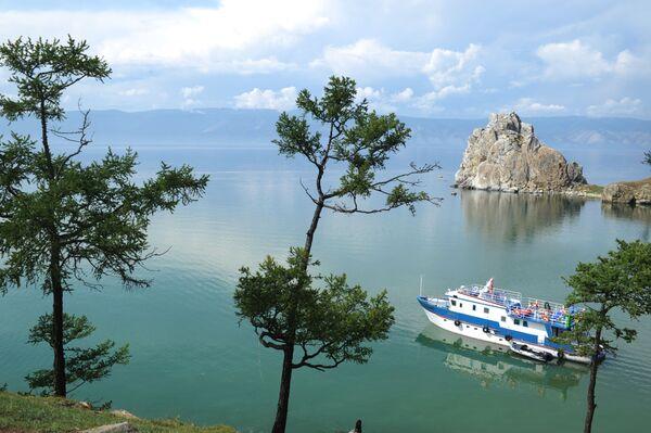 Okręt płynie w pobliżu wyspy Olchon - Sputnik Polska