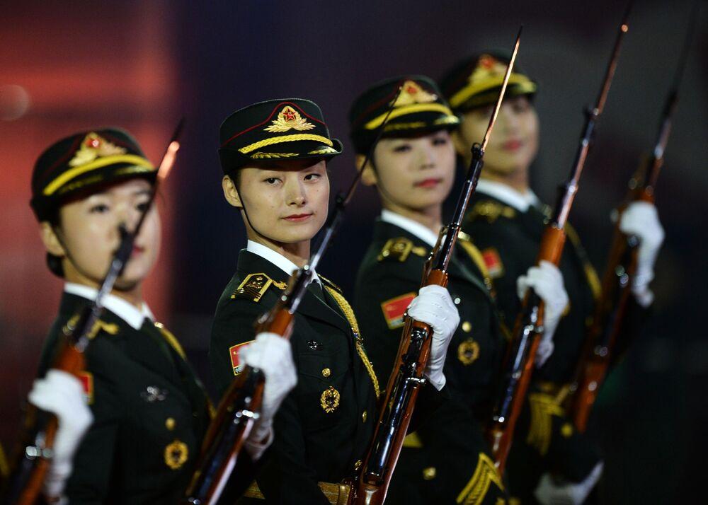 Orkiestra i żołnierze warty honorowej z ChRL na ceremonii otwarcia Międzynarodowego Festiwalu Muzyki Wojskowej Spasskaja Basznia