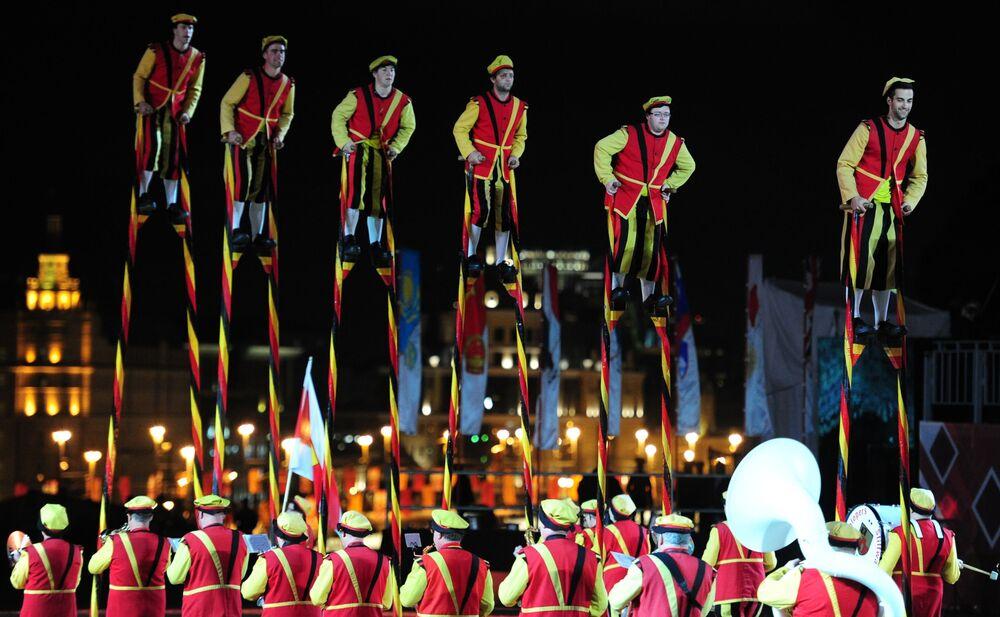 Królewskie szczudlarze z Belgii na ceremonii otwarcia Międzynarodowego Festiwalu Muzyki Wojskowej Spasskaja Basznia