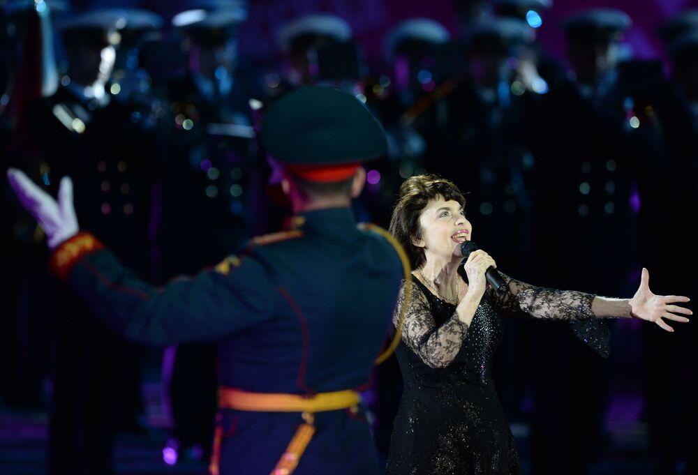 Francuska śpiewaczka Mireille Mathieu na ceremonii otwarcia Międzynarodowego Festiwalu Muzyki Wojskowej Spasskaja Basznia