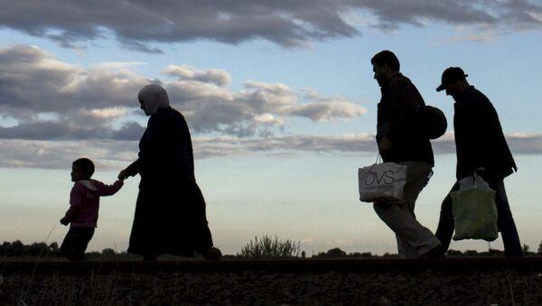 Imigranci po przekroczeniu węgierskiej granicy - Sputnik Polska