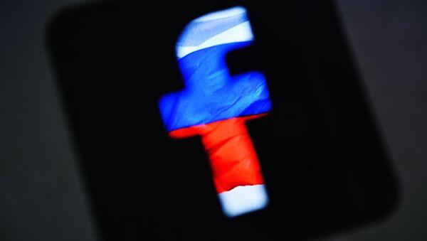 Logotyp sieci społecznościowej Facebook na tle rosyjskiej flagi - Sputnik Polska