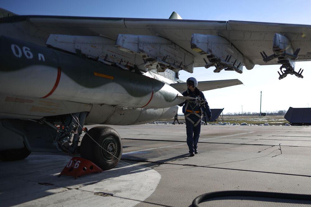 Pilot przy samolocie szturmowym Su-25SM3 przed rozpoczęciem lotów taktycznych w Kraju Krasnodarskim