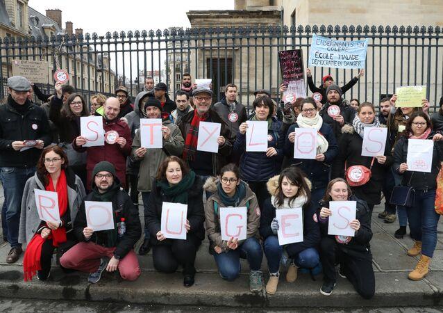 Protest czerwonych długopisów w Paryżu